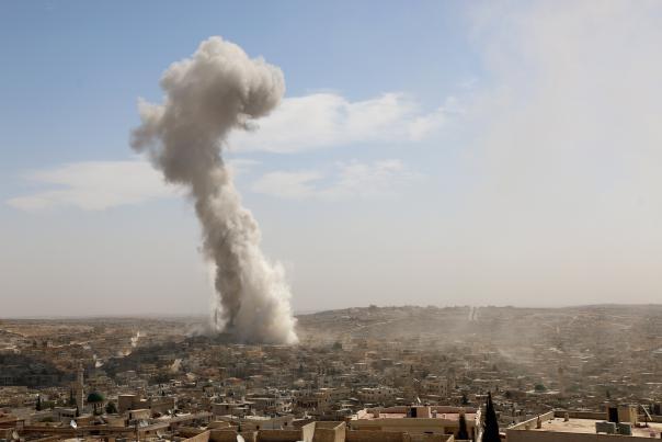 SIRIA .El humo se eleva después de una warcraft perteneciente al ejército ruso bombardeó una zona residencial en el barrio Darat Izza de Alepo, 4 de Octurbre. Mahmud Faysal, Agencia Anadolu.