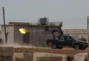 """Miembros del Ejército Libre Siriose en su camino hacia Turkmenistán Barih pueblo cerca de la ciudad Cobanbey durante la """"Operación Escudo Eufrates"""" en Alepo, Siria, el 4 de octubre de 2016. La operación anti-Daesh llamada """"Escudo Eúfrates"""" que fue lanzada el agosto 24, tiene como objetivo mejorar la seguridad, el apoyo a las fuerzas de coalición, el apoyo a la integridad territorial de Siria y la eliminación de la amenaza terrorista en la frontera de Turquía a través de los combatientes del Ejército sirio Libre (FSA), provistos de armaduras turcos, artillería y aviones. ( Huseyn Nasir, Agencia Analodu."""