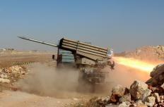 """Los miembros del grupo de oposición sirio se preparan antes de atacar con misiles a las fuerzas del régimen de Assad durante una operación llamada """"conquista de Alepo 'alrededor del pueblo de Baskoy en Alepo, Siria el 04 de octubre de 2016. (Mustafa Sultan - Agencia Anadolu)-1"""