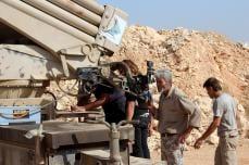 """Los miembros del grupo de oposición sirio se preparan antes de atacar con misiles a las fuerzas del régimen de Assad durante una operación llamada """"conquista de Alepo 'alrededor del pueblo de Baskoy en Alepo, Siria el 04 de octubre de 2016. (Mustafa Sultan - Agencia Anadolu)"""