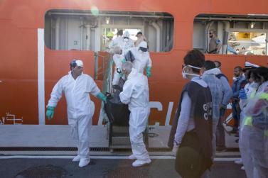 Salerno, Italia - el 5 de octubre: los operadores de la Cruz Roja Italiana llevan el cuerpo de un migrante después de la llegada del buque patrulla de frontera noruega Siem piloto en el puerto de Salerno, el 5 de octubre de 2016. Los migrantes en el barco eran en su mayoría de Nigeria, Gambia, Eritrea, Pakistán y Guinea. (Alessio Paduano - Agencia Anadolu)