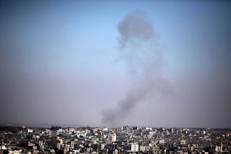 El humo se eleva después de los oficios de guerra pertenecientes al Ejército israelí realizaron un ataque aéreo en el área de formación ad-Din al-Qassam Izz, en Ciudad de Gaza, Franja de 05 de octubre de 2016.