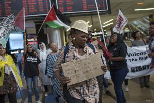 La activista sudafricana Leigh Ann Naidoo, que estaba a bordo del Zaytouna con dirección aGaza, recibe la bienvenida en el aeropuerto internacional O. R. Tambo en Johannesburgo, Sudáfrica, el 7 de octubre de 2016.