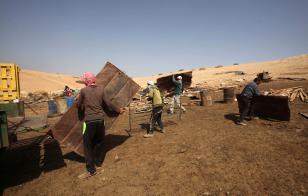 NAPLUSA, CISJORDANIA - 9 DE OCTUBRE: palestinos inspeccionan escombros de sus cobertizos después de que fueron demolidos por las fuerzas israelíes en la ciudad Atof de Nablus, Cisjordania, el 9 de octubre de 2016. Las fuerzas israelíes comenzaron a demoler los cobertizos de los palestinos que fueron construidas sin permiso municipal. (Nedal Eshtayah - Agencia Anadolu)