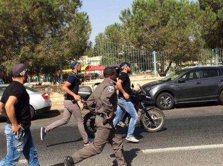 Las fuerzas de seguridad israelíes observan la escena tras un tiroteo cerca de la sede de la policía israelí en Jerusalén el 9 de octubre de 2016