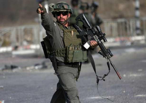 JERUSALEN, 9 DE OCTUBRE: Los palestinos se enfrentan con las fuerzas de seguridad israelíes durante una protesta, mostrando solidaridad con Misbah Abu Sbeih en la ciudad cisjordana de Al-Ram, al norte de Jerusalén, el 9 de octubre de 2016. Misbah Abu Sbeih fue asesinado por las fuerzas de seguridad israelí. (Shadi Hatem - Agencia Anadolu)