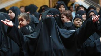 Devotos musulmanes participan en una procesión de duelo conmemorando el día de Ashura en Karbala, Irak, el 10 de octubre de 2016. Los musulmanes chiíes celebran la Ashura, el décimo día del primer mes islámico de Muharram, para conmemorar el martirio del imán Hussein, nieto del profeta Muhammad, en la ciudad iraquí de Karbala en el siglo VII. (Ali Mohammed - Agencia Anadolu)