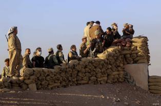 Fuerzas Peshmerga hacen guardia en el pueblo de Kargali Durante una operación para liberar a Mosul de organización terrorista Daesh el 17 de octubre el año 2016