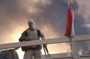 fuerzas del ejército iraquí en el pueblo de Hut donde podemos ver el humo que se elevan desde los pozos de petróleo que fueron incendiados por los terroristas Daesh (Feriq Ferec - Agencia Anadolu).