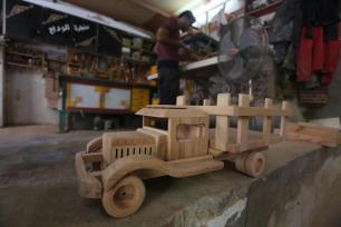 gazan-makes-creates-wooden-toys-for-living-04