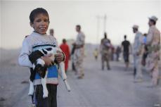Civiles desplazados en la ciudad después de huir de las zonas controladas por Daesh en Mosul y han llegado a la ciudad de Al Qayyarah, en Mosul que ha sido liberado por el ejército iraquí, el 18 de octubre, el año 2016