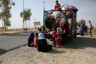 MOSUL, IRAQ - 30 DE OCTUBRE: 30 de octubre de 2016. Cientos de iraquíes que se refugian en campamentos temporales cerca del distrito de Mahmour en camino a sus hogares después de que más de 60 aldeas hayan sido retomadas del grupo terrorista Daesh en Mosul, Irak. (Yunus Keleş - Agencia Anadolu)