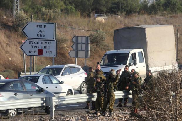 La policía israelí se reúne en el lugar del enfrentaiento, donde un palestino supuestamente trató de apuñalar a un soldado israelí antes de ser matado a tiros, en una estación de autobuses en el asentamiento israelí de Ofra en Ramala, Cisjordania el 03 de noviembre de 2016. (Issam Rimawi - Agencia Anadolu)