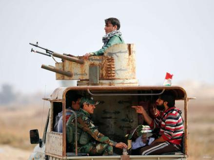 Las fuerzas de Peshmerga toman medidas de seguridad mientras transportan a desplazados internos que huyen de las aldeas y vecindades del este de Mosul mientras que la operación para liberar Mosul de Daesh continúa el 8 de noviembre de 2016.