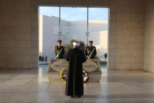 RAMALA, CISJORDANIA - 09 DE NOVIEMBRE: El ex Mufti Teysir Temimi reza cerca del mausoleo de Yasser Arafat antes de que el presidente palestino Mahmoud Abbas y el secretario general de la Liga Árabe Ahmed Abul-Gheit asistan a la ceremonia de apertura del Museo Yasser Arafat en Ramallah, 2016. Un museo dedicado a Yasser Arafat, incluyendo la sala donde el líder palestino pasó gran parte de sus últimos años, abrió sus puertas el miércoles antes del aniversario de su muerte. (Issam Rimawi - Agencia Anadolu)