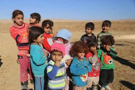 MOSUL, IRAQUÍ - 20 DE NOVIEMBRE: Refugiados internos huyen de sus hogares debido a los enfrentamientos entre los distintos grupos, nacionales e internacionales, mientras esperan a ser instalados en los campamentos de refugiados, en la aldea de Omerkapci de la ciudad de Bashiqa en Mosul, Irak el 20 de noviembre de 2016 la operación para liberar Mosul del Daesh continúa. (Feriq Fereç - Agencia Anadolu)