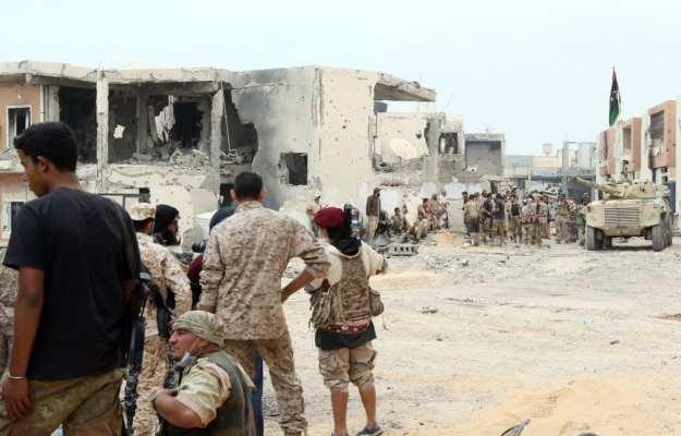 """Fuerzas vinculadas al Gobierno de Acuerdo Nacional (GNA) atacan posiciones de Daesh durante la operación """"Al Bunyan Al Marsous"""" en la ciudad de Sirte, Libia el 21 de noviembre de 2016 [Hazem Turkia / Agencia Anadolu]"""