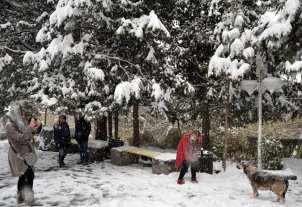 TEHERÁN, IRÁN - 22 DE NOVIEMBRE: El pueblo iraní disfruta de las nevadas en Teherán, Irán el 22 de noviembre de 2016. (Fatemeh Bahrami - Anadolu Agency)