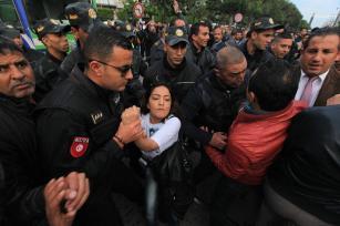 Los graduados universitarios desempleados discuten con las fuerzas de seguridad durante una manifestación celebrada para exigir oportunidades de empleo, en Túnez, Túnez el 24 de noviembre de 2016 [Yassine Gaidi / Agencia Anadolu]
