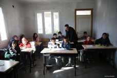 HATAY, TURQUÍA- Hudur Omar Ilgeya, refugiado sirio de 44 años de edad, habla a los niños refugiados en un centro de educación temporal en el distrito Reyhanli de Hatay. Ilgeya, trabajó como jefe de policía provincial en Siria durante 16 años, huyó de la guerra civil en curso en Siria y ahora voluntariamente trabaja como conferencista árabe para niños sirios refugiados