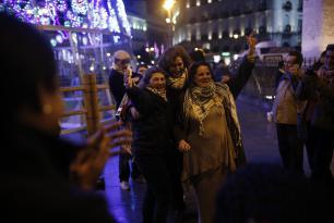 MADRID, ESPAÑA - 29 DE NOVIEMBRE: Fotografías de palestinos asesinados por Israel, mientras los manifestantes se reúnen para organizar una cadena humana de protesta en apoyo de los palestinos durante el Día Internacional de Solidaridad con el Pueblo Palestino en la Puerta del Sol, Madrid, España, el 29 de noviembre de 2016. (Burak Akbulut - Agencia Anadolu)
