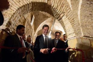 TÚNEZ, TÚNEZ, lunes 5 de diciembre: Primer ministro holandés Mark Rutte, inaugura una exposición de manuscritos islámicos, propiedad de la Universidad de Leiden, en Túnez. La exposición muestra la evolución del arte islámico desde principios de la segunda mitad del siglo XVIII. (Amine Landoulsi: Agencia Anadolu)