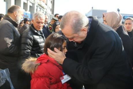 El Presidente de Turquía, Recep Tayyip Erdogan, conversa con los familiares de las víctimas del atentado terrorista de Estambul durante una ceremonia fúnebre en la sede del Departamento de Policía de Estambul, en Estambul, Turquía, el 11 de diciembre de 2016 [Kayhan Özer / Agencia Anadolu]