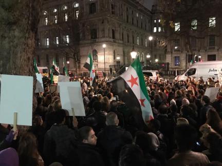 LONDRES, 13 DE DICIEMBRE: Un grupo de personas se reunieron en protesta contra los ataques de las fuerzas del régimen de Assad y sus seguidores contra civiles y la situación humanitaria en Alepo, el 13 de diciembre de 2016 en Londres, Reino Unido. (Stringer - Agencia Anadolu)