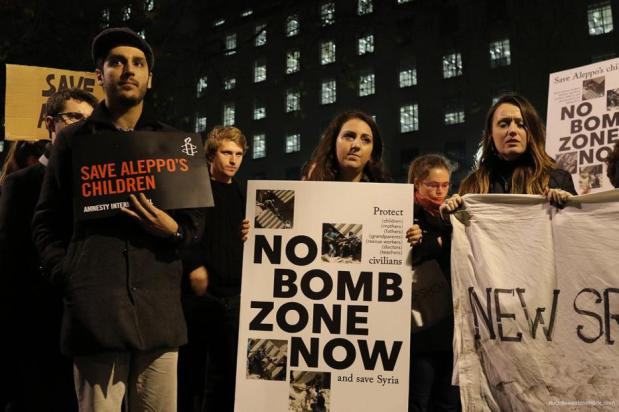Los manifestantes se reúnen fuera de 10 Downing Street, Londres el 13 de diciembre de 2016 [Jehan Alfarra / Middle East Monitor]