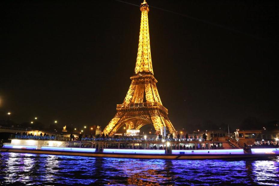 La Torre Eiffel apagó sus luces para apoyar a los civiles en Alepo, en París, Francia el 14 de diciembre de 2016 [Mustafa Sevgi / Agencia Anadolu]