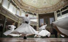 """ESTAMBUL, TURQUÍA - 15 DE DICIEMBRE: Los derviches en la ceremonia de """"Seb-i Arus"""" en el refugio de Galata usado por los dervishes de mevlevi para marcar el 743º aniversario de la muerte de Mevlana Jalaluddin al-Rumi en Estambul, Turquía El 15 de diciembre de 2016. (Berk Özkan - Anadolu Agency)"""