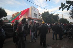 La gente se reúne para ofrecer sus condolencias a la familia, frente a la casa de Mohamed Al-Zawari, ingeniero tunecino de 49 años asesinado por el Mossad, en Sfax, Túnez el 18 de diciembre de 2016 [Houssem Zawari / Agencia Anadolu]