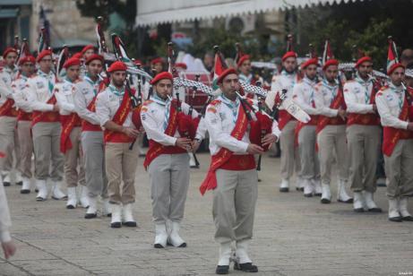 Desfile palestino de la banda marchando cerca de la iglesia de la natividad antes de la Navidad en Belé, Cisjordania el 24 de diciembre de 2016 [Issam Rimawi / Anadolu Agency]
