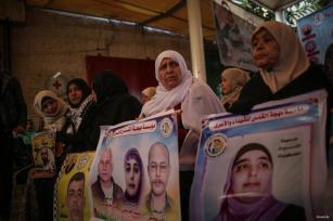 GAZA, GAZA - 26 DE DICIEMBRE: Los palestinos participan en una protesta exigiendo la liberación de prisioneros palestinos detenidos por Israel frente al edificio de la Cruz Roja Internacional en la ciudad de Gaza, Gaza, el 26 de diciembre de 2016.