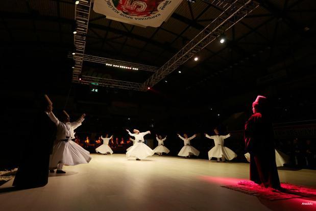 """IZMIR, TURQUÍA: Los derviches danzan durante la ceremonia """"Seb-i Arus"""" en Izmir Mustafa Kemal Ataturk Centro Karsiyaka Spor para conmemorar el 743 aniversario de la muerte de Mevlana Jalaluddin al-Rumi"""