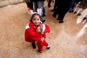 GAZA, GAZA- Los niños palestinos juegan disfrazados en la iglesia Der Latin