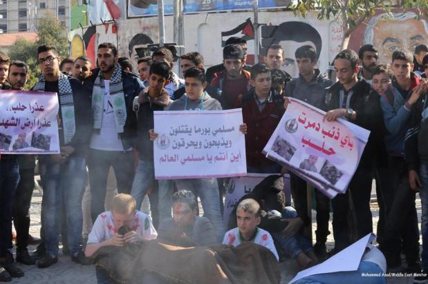 Los estudiantes demuestran apoyo a Aleppo en Gaza el 6 de diciembre de 2016 [Mohammed Asad / Middle East Monitor]