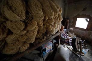 BEIRUT, LEBANON- Um Khaled Harbi trabaja en un taller de tejido de alfombras en Al Fakeha Village de Beqaa. El tejido de la alfombra como arte se expandió en el Líbano durante la época otomana de Turquía Izmir a través de una mujer turca que se casó con un hombre libanés de Akkar