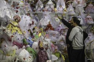 CAIRO, EGIPTO - Egipcios compran dulces y decoración mientras se preparan para celebrar la fecha de nacimiento del Profeta Muhammad