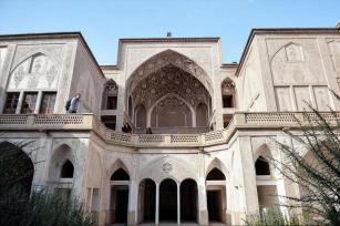 KASHAN, IRÁN - La casa de Abbasi en Kashan, Irán es un ejemplo de la arquitectura residencial de Kashan que está protegida por la Organización del Patrimonio Cultural de Irán.
