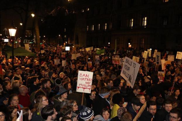 """Miles de personas se han reunido frente a 10 Downing Street en Londres esta noche para protestar contra la """"islamofobia"""" del presidente estadounidense Donald Trump y el fracaso de Theresa May en condenar la medida [Jehan Alfarra / Monitor de Oriente]"""