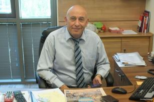 El comité israelí del Knesset vota para destituir a los árabes miembros, Basel Ghattas de inmunidad parlamentaria por las acusaciones de que contrabandeó teléfonos a prisioneros palestinos dentro de las cárceles israelíes