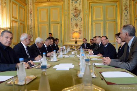 Francia planea una conferencia de paz palestino-israelí que se celebrará el 21 de diciembre en París. El primer ministro israelí, Benjamin Netanyahu, rechaza la invitación francesa a participar en la conferencia y Francia pospone más tarde la conferencia hasta el próximo año
