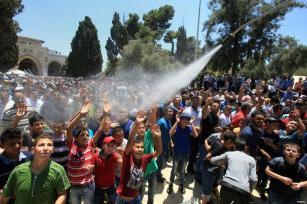 JERUSALÉN: Los niños se refrescan en el mes de ramadán tras el rezo en la mezquita de la Roca