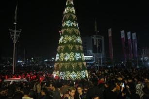 ERBIL, IRAk - 01 DE ENERO: El pueblo iraquí se reúne para celebrar el año nuevo delante de una alameda de compras en Erbil, Iraq el 01 de enero de 2017. (Yunus Keleş - Agencia de Anadolu)