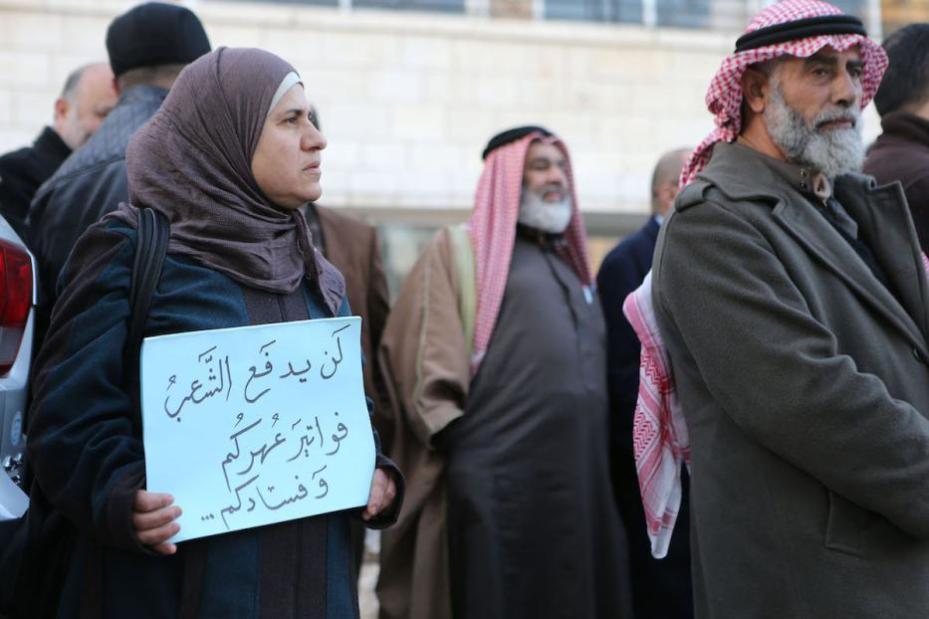 AMÁN, JORDANIA - 12 DE ENERO: Manifestantes jordanos sostienen una pancarta delante del edificio islámico del frente de la acción (IAF) durante una protesta contra el aumento de precios en Amán, Jordania el 12 de enero de 2017. (Salah Malkawi - agencia de Anadolu)