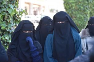 Grupos de salafistas marroquíes y mujeres afganas se concentran frente a la sede del gobierno en Rabat (Marruecos) para protestar contra la prohibición de la producción y venta del burqa decretada por el gobierno marroquí, el 15 de