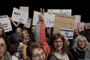 Tel Aviv, Israel/ Palestina - 21 de enero: Los manifestantes sostienen pancartas y gritan consignas durante la protesta en apoyo al desfile 'Marcha de las Mujeres' contra el presidente Donald Trump en Washington, frente a la embajada de Estados Unidos en Tel Aviv, el 21 de enero de 2017. (Tomer Neuberg - Agencia Anadolu)