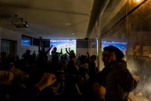 ÚNEZ, TÚNEZ - 23 de enero: Los tunecinos ven la Copa de África 2017 de las Naciones del grupo B partido de fútbol entre Zimbabwe y Túnez, en Túnez, Túnez el 23 de enero de 2017. (Amine Landoulsi - Agencia Anadolu)