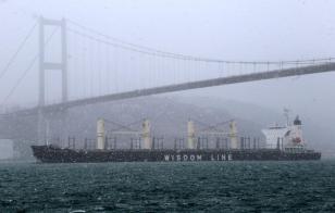 ESTAMBUL, TURQUÍA - 26 DE ENERO: Un carguero pasa a través del estrecho de Bosphorus durante nevadas pesadas en Estambul, Turquía el 26 de enero de 2017. (Metin Tokgöz - agencia de Anadolu)